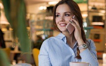 девушка, грудь, макияж, красивые глаза, голубая рубашка, девушка с телефоном