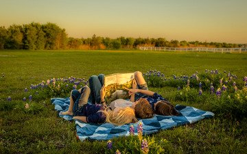 цветы, деревья, вечер, природа, закат, поле, лето, дети, поляна, отдых, мальчик, девочки, три, сказка, покрывало, знание