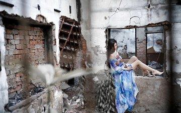 цветы, лестница, девушка, настроение, платье, поза, брюнетка, стена, разруха, трещины, ноги, здание, окно, туфли, голубое, старое