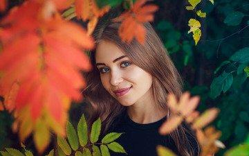 листья, девушка, настроение, улыбка, взгляд, осень, лицо