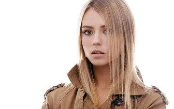 девушка, блондинка, портрет, взгляд, плащ, белый фон, макияж, прическа, красотка