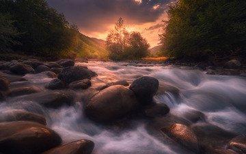 небо, деревья, река, холмы, природа, камни, закат, тучи, пейзаж, течение