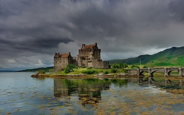 небо, озеро, горы, холмы, берег, зелень, тучи, отражение, лето, мост, замок, архитектура, арки, шотландия, рябь, пасмурно