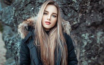 камни, девушка, фон, блондинка, портрет, взгляд, модель, макияж, прическа, красотка, куртка, боке, silvia, john noe