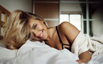 блондинка, улыбка, портрет, взгляд, лежит, модель, кофта, кровать, макияж, прическа, красотка, постель, боке