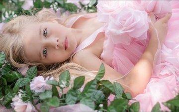 цветы, поза, взгляд, лежит, девочка, красиво