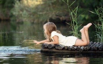 трава, вода, река, природа, платье, лето, брызги, девочка, игра, мосток