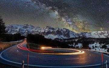 дорога, ночь, деревья, огни, горы, снег, природа, пейзажи, асфальт, звездная ночь, эффект размытия, заснеженный, звездный, 4k ultra hd фон, повороты