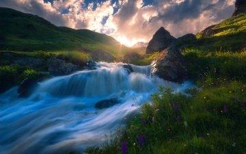 небо, трава, облака, вода, река, горы, солнце, природа, камни, лучи, пейзаж, склон, поток, течение, горная река