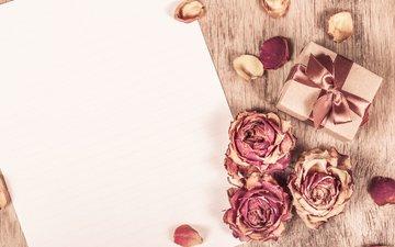 розы, лепестки, листок, бумага, подарок, деревянная поверхность