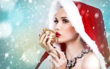 новый год, украшения, девушка, снежинки, фон, портрет, красный, игрушка, лицо, шарик, руки, макияж, рождество, красотка, мех, капюшон, ожерелье, боке