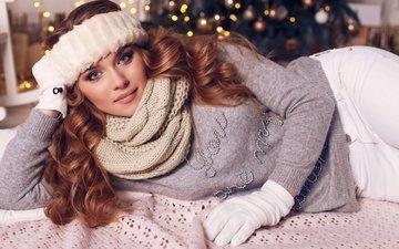 новый год, елка, девушка, взгляд, волосы, рождество, локоны, свитер, перчатки, шатенка, шарф, шарфик
