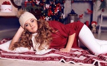 новый год, елка, девушка, поза, взгляд, лежит, игрушки, шапка, макияж, прическа, рождество, подушка, на полу.
