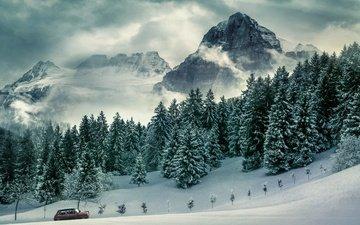 небо, дорога, облака, горы, скалы, снег, лес, зима, машина, туман, вершины, склоны, ели, сугробы, автомобиль, заснеженный