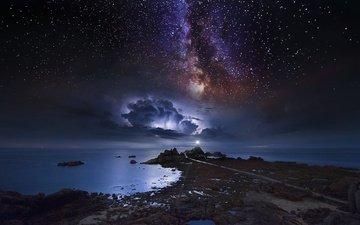 свет, ночь, камни, берег, тучи, море, звезды, маяк, горизонт, даль, млечный путь, ночное небо